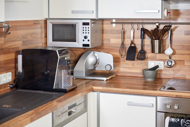 Interior de uma cozinha moderna com mobília branca foto de stock