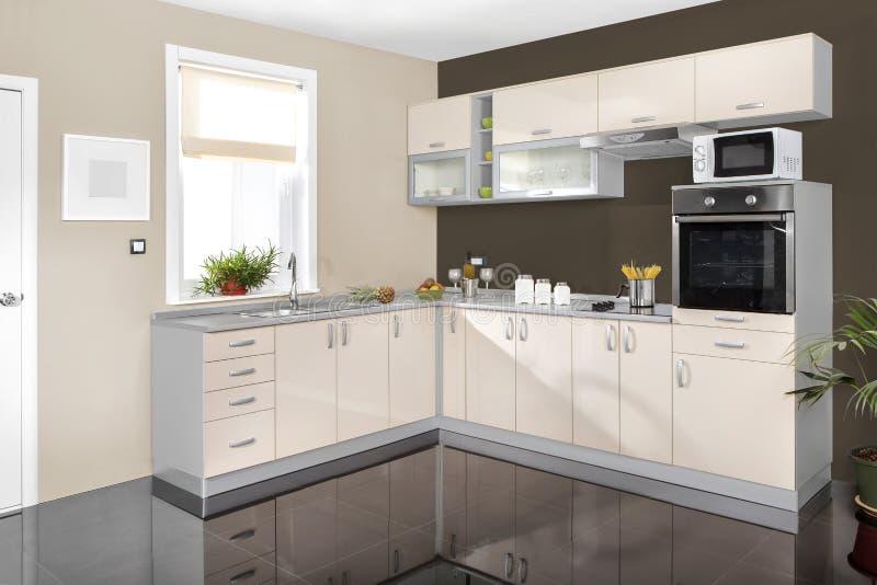 Interior de uma cozinha moderna, mobília de madeira, simples e limpo fotografia de stock royalty free