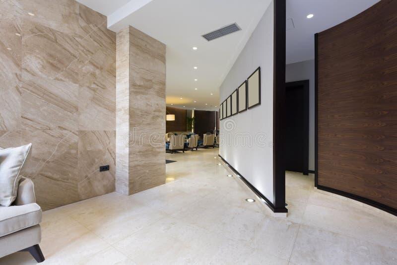 Interior de uma entrada do hotel imagens de stock