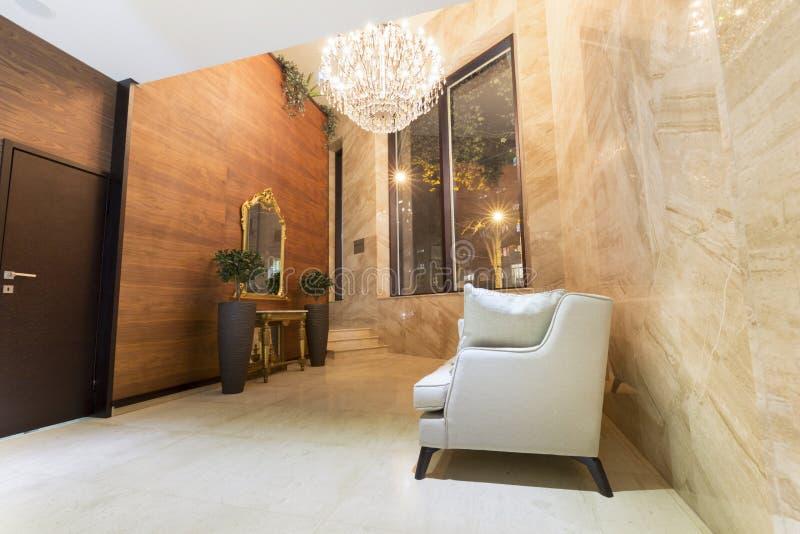 Interior de uma entrada moderna do hotel imagens de stock