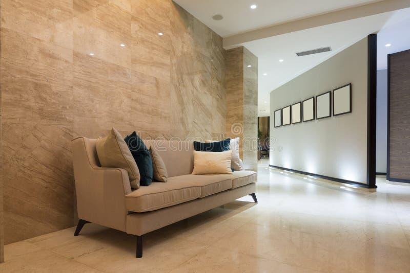 Interior de uma entrada moderna do hotel foto de stock royalty free