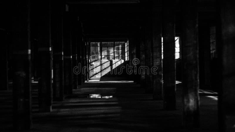 Interior de uma fábrica abandonada disparada em preto e branco foto de stock