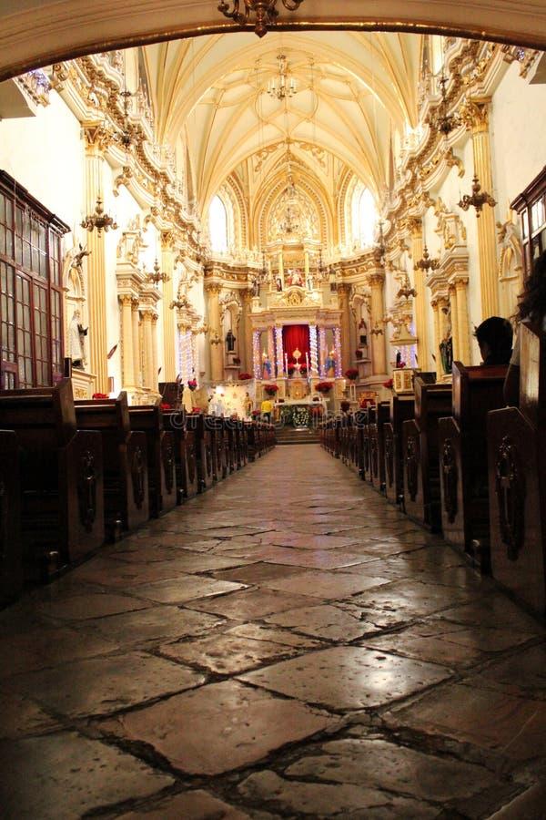 Interior de uma herança da igreja do colonial-estilo da conquista espanhola em México imagens de stock royalty free
