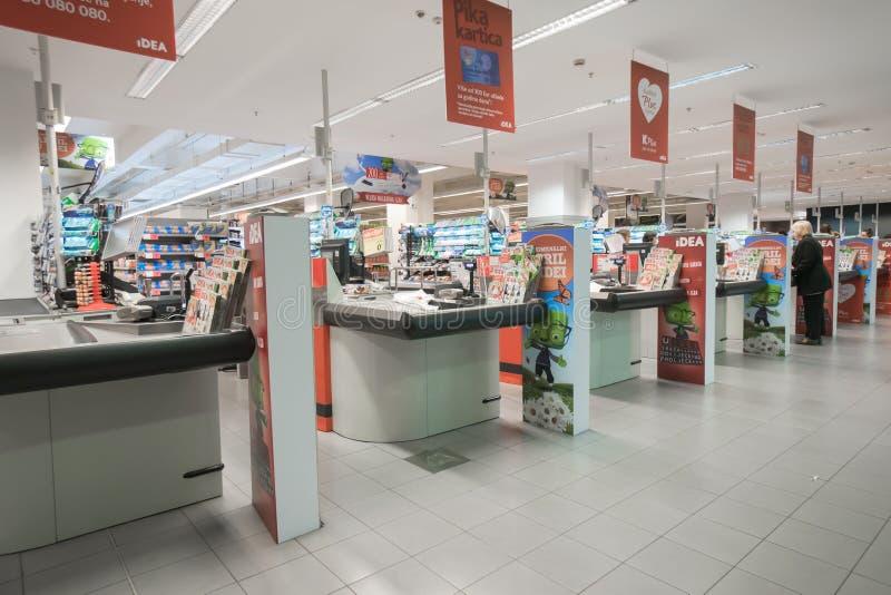 Interior de uma IDEIA moderna do supermercado fotografia de stock