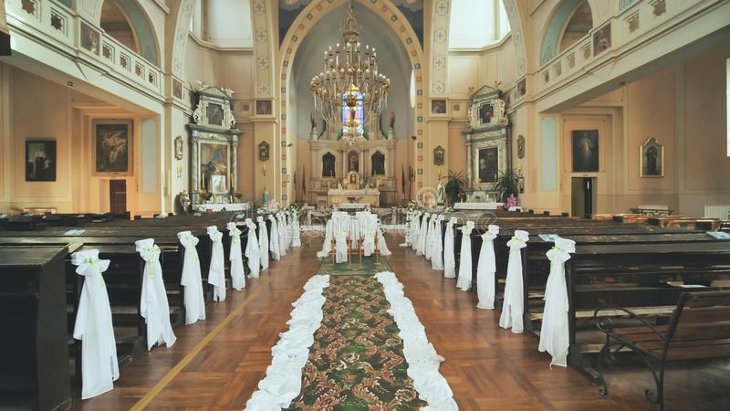 Interior de uma igreja Católica antes do casamento imagem de stock royalty free