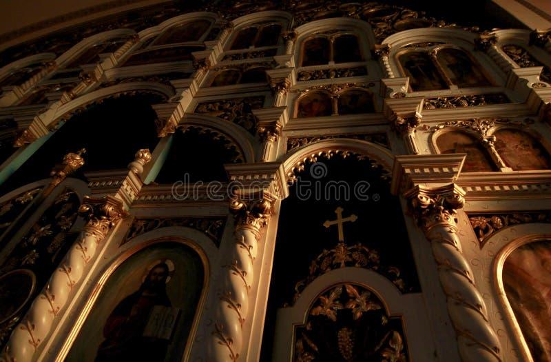 Interior de uma igreja Católica iluminada na luz solar imagens de stock