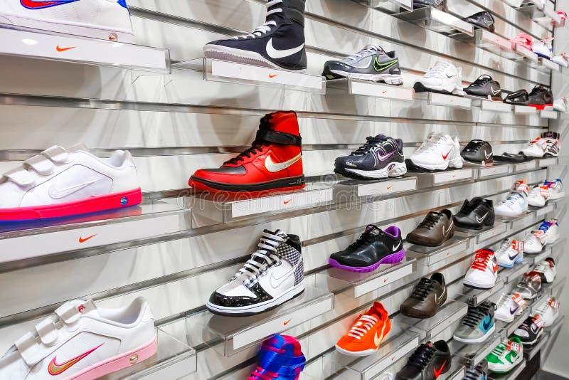 Interior de uma loja da sapata da forma fotos de stock royalty free