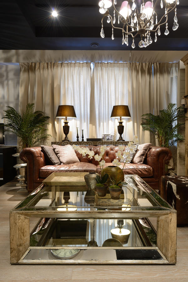 Interior de uma sala de visitas luxuosa imagens de stock