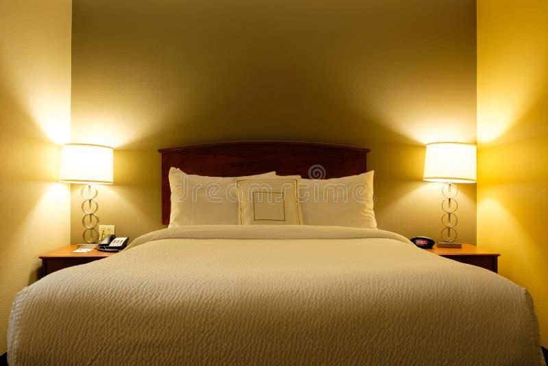 Interior de uma sala de hotel da cama do rei imagens de stock royalty free