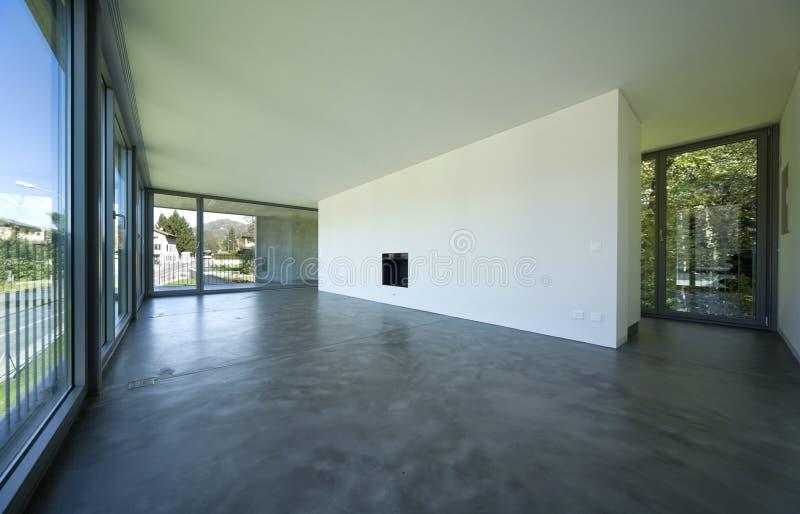 Interior de uma sala vazia, uma sala de visitas Uma grande parede branca com uma chaminé no meio fotos de stock