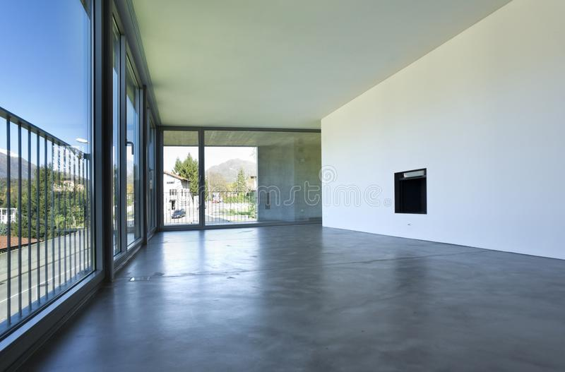 Interior de uma sala vazia, uma sala de visitas Uma grande parede branca com uma chaminé no meio foto de stock royalty free