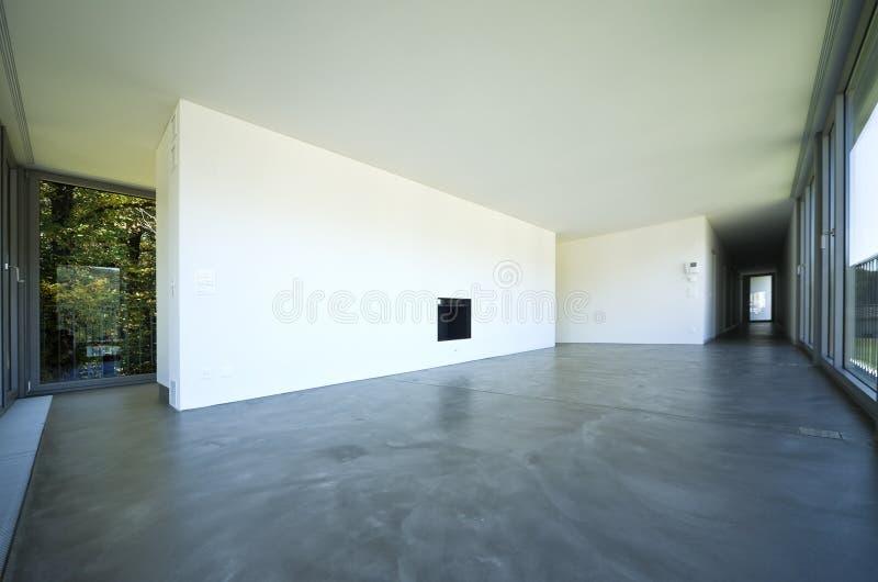 Interior de uma sala vazia, uma sala de visitas Uma grande parede branca com uma chaminé no meio fotografia de stock