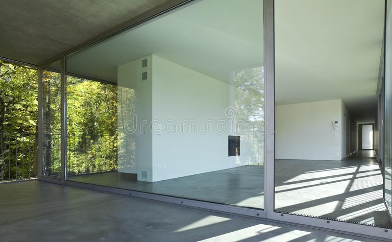 Interior de uma sala vazia, uma sala de visitas Uma grande parede branca com uma chaminé no meio foto de stock