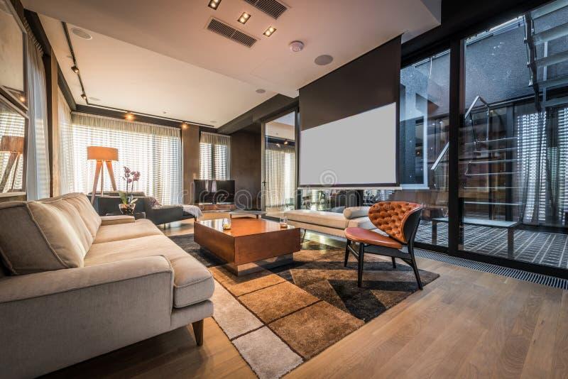Interior de uma sala de visitas em um apartamento luxuoso da sótão de luxo imagens de stock royalty free