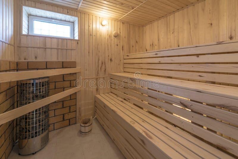 Interior de uma sauna de madeira finlandesa fotografia de stock