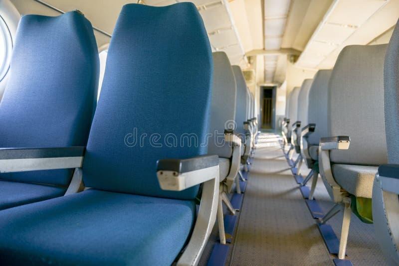 Interior de un aeroplano con muchos asientos foto de archivo libre de regalías