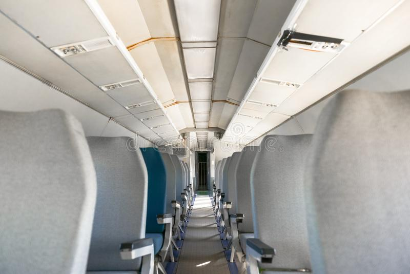 Interior de un aeroplano con muchos asientos fotografía de archivo libre de regalías