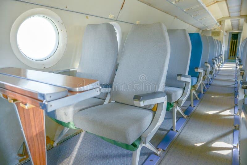Interior de un aeroplano con muchos asientos fotografía de archivo
