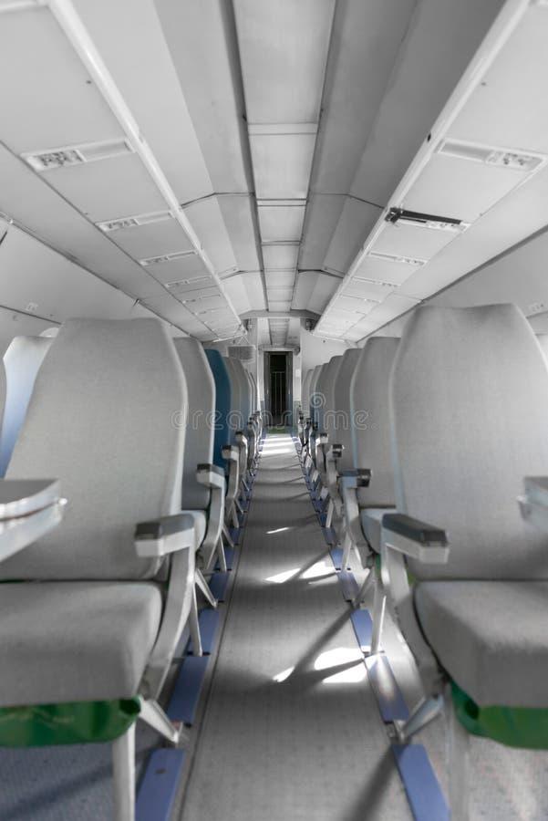 Interior de un aeroplano con muchos asientos fotos de archivo