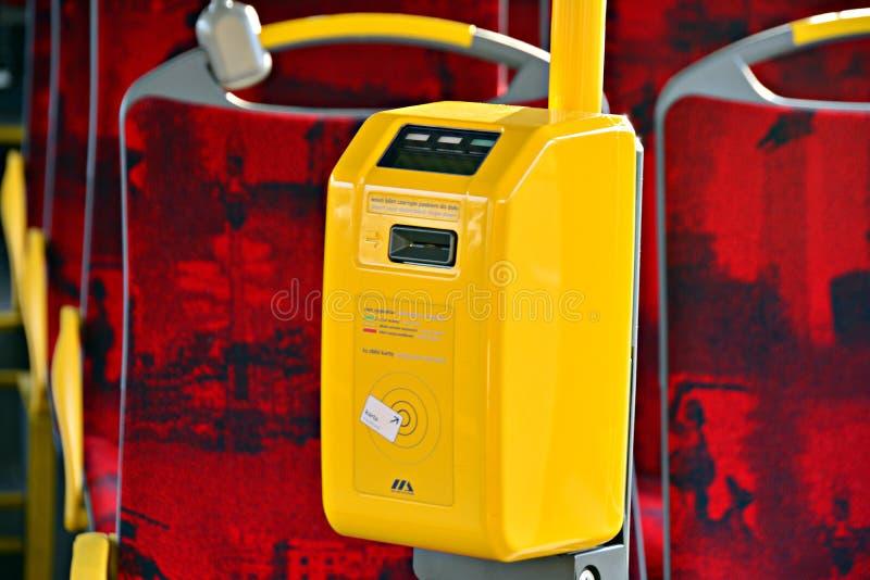 Interior de un autobús de la ciudad Validator de Ricket y máquina de las ventas del boleto imagenes de archivo