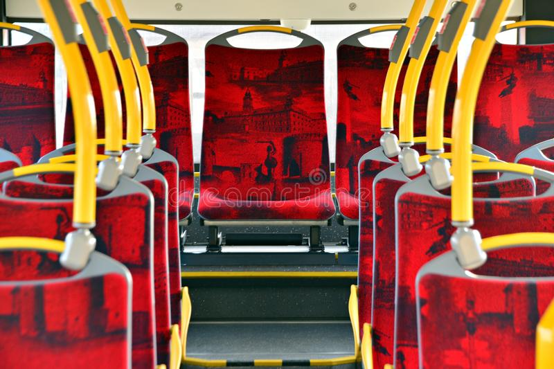 Interior de un autobús de la ciudad Validator de Ricket y máquina de las ventas del boleto fotos de archivo