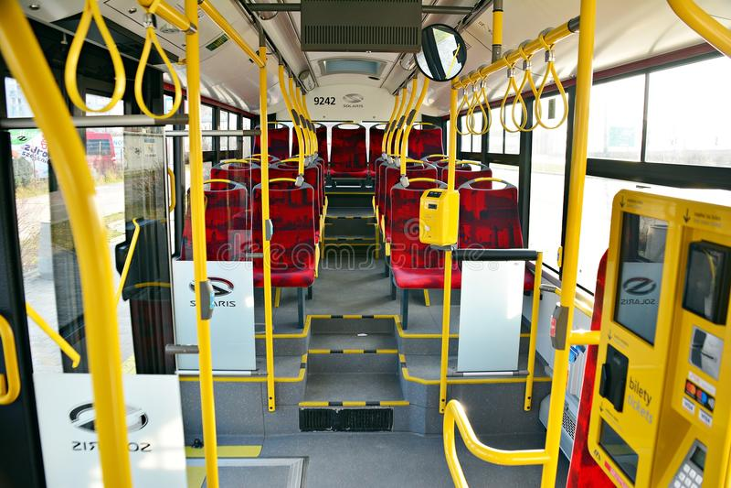 Interior de un autobús de la ciudad Validator de Ricket y máquina de las ventas del boleto foto de archivo
