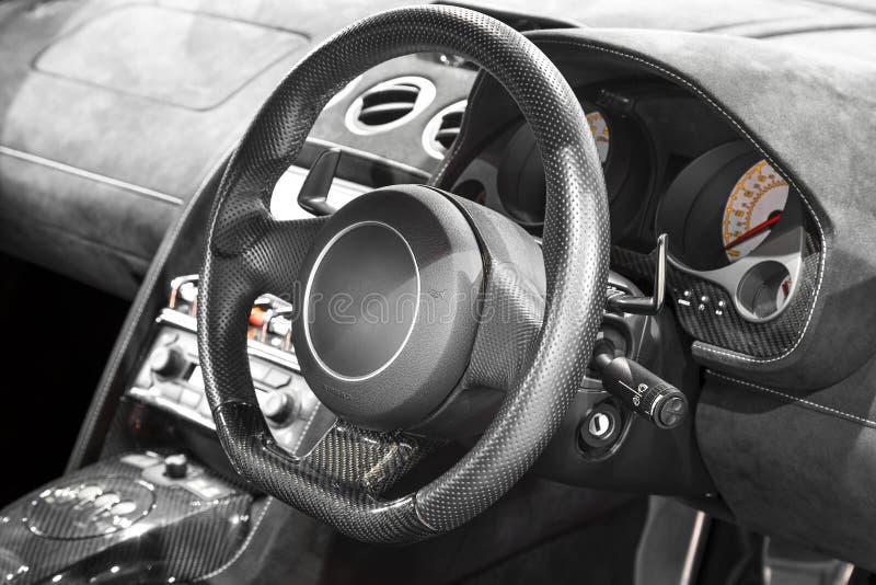 Interior de un coche, de un volante y de un tablero de instrumentos modernos imagenes de archivo