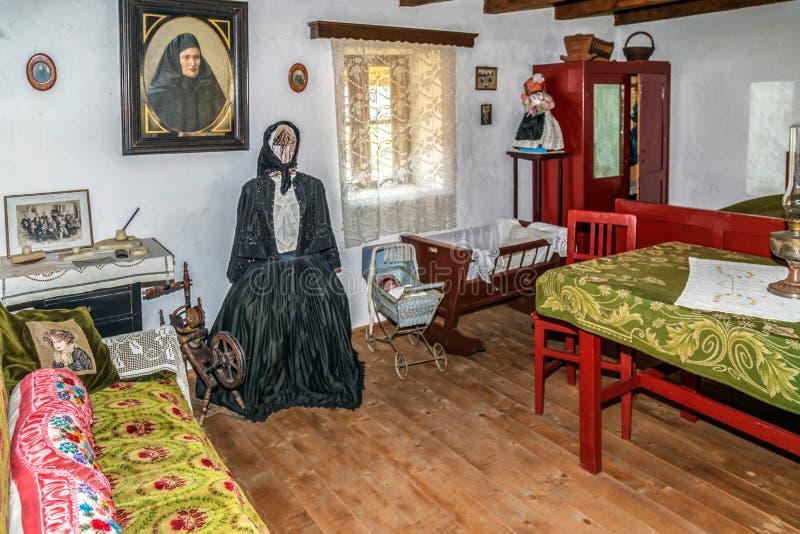 Interior de un cortijo de ethnics eslovaco imagen de archivo libre de regalías