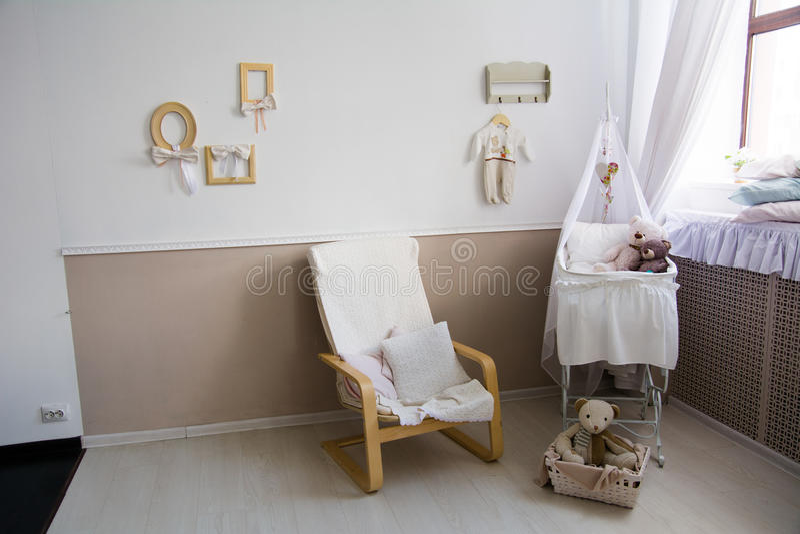 Interior de un cuarto de niños con un pesebre para un bebé fotos de archivo