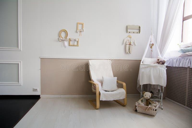 Interior de un cuarto de niños con un pesebre para un bebé imagen de archivo