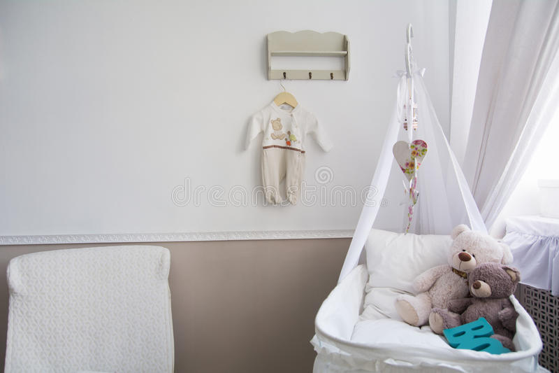 Interior de un cuarto de niños con un pesebre para un bebé fotos de archivo libres de regalías
