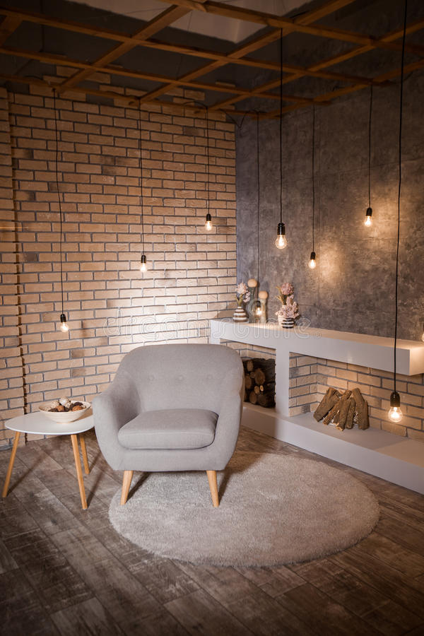 Interior de un desván, sala de estar, mesa de comedor imagenes de archivo