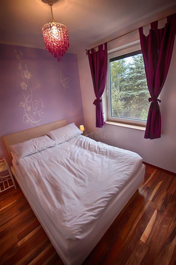Interior de un dormitorio del hogar del país. foto de archivo