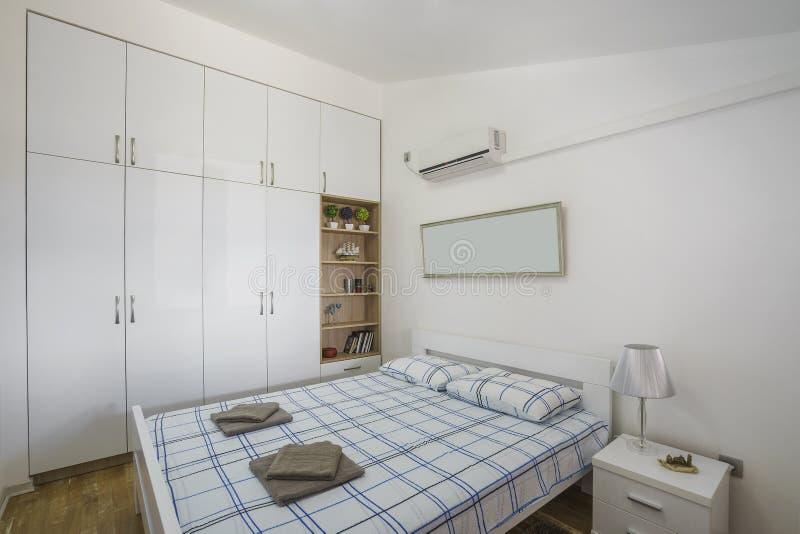 Interior de un dormitorio moderno en un chalet de lujo imagenes de archivo