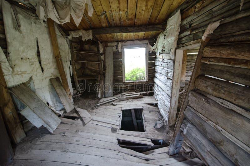 Interior de un edificio abandonado cerca del placer del minero, Wyoming, una ciudad de auge minera anterior foto de archivo libre de regalías