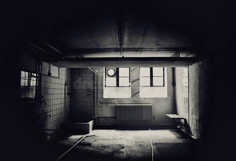 Interior de un edificio comercial abandonado sucio imagen de archivo libre de regalías