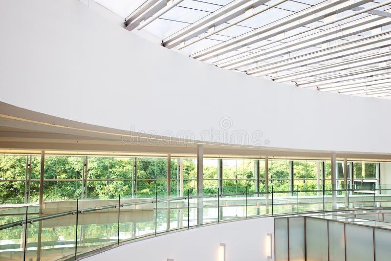 Interior de un edificio de oficinas moderno fotografía de archivo