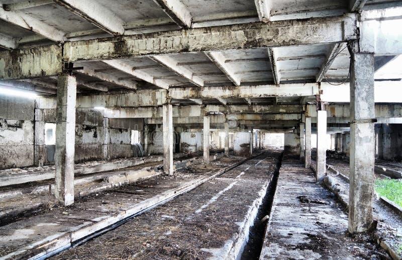 Interior de un edificio industrial viejo imagen de archivo