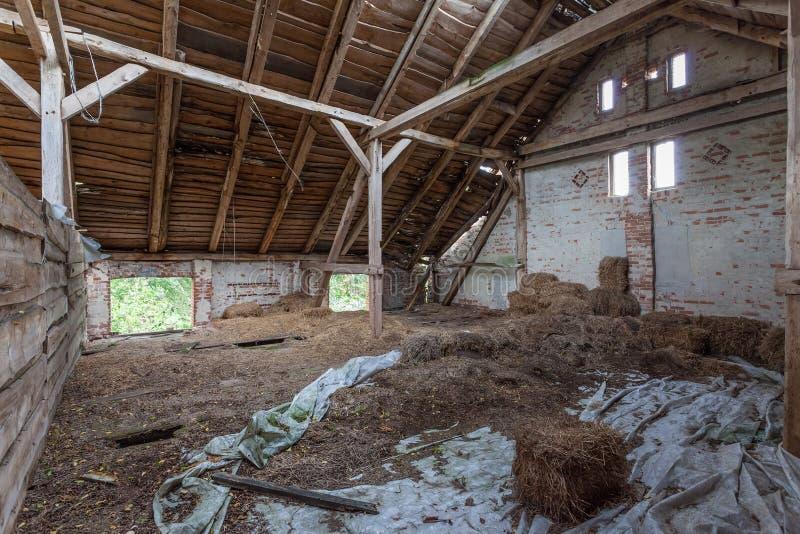 Interior de un granero viejo, de decaimiento foto de archivo libre de regalías