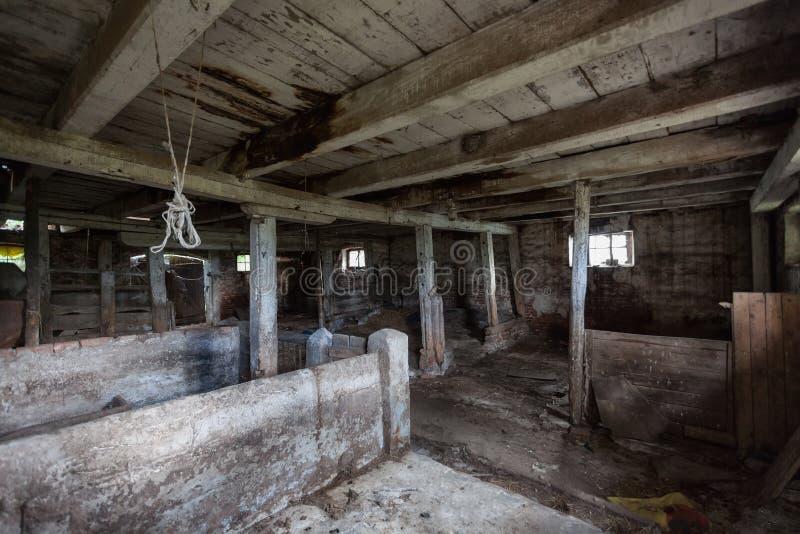 Interior de un granero viejo, de decaimiento imágenes de archivo libres de regalías