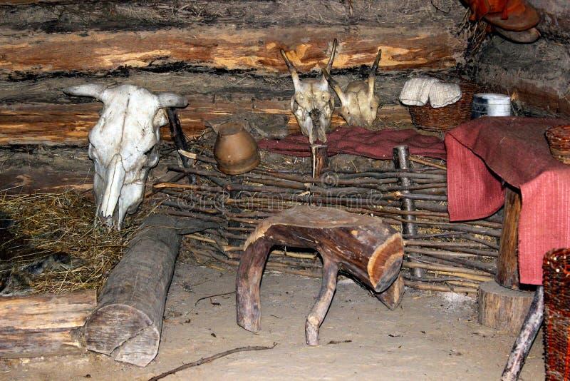 Interior de un hogar eslavo (siglo IX) fotos de archivo
