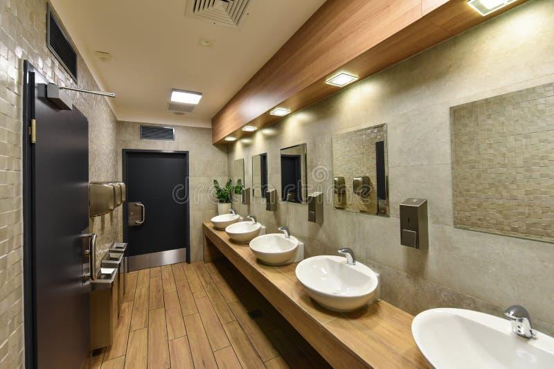 Interior de un lavabo público imágenes de archivo libres de regalías