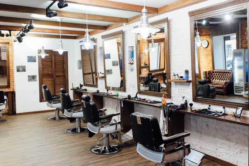 Interior de un peluquero en un estilo del desván fotografía de archivo