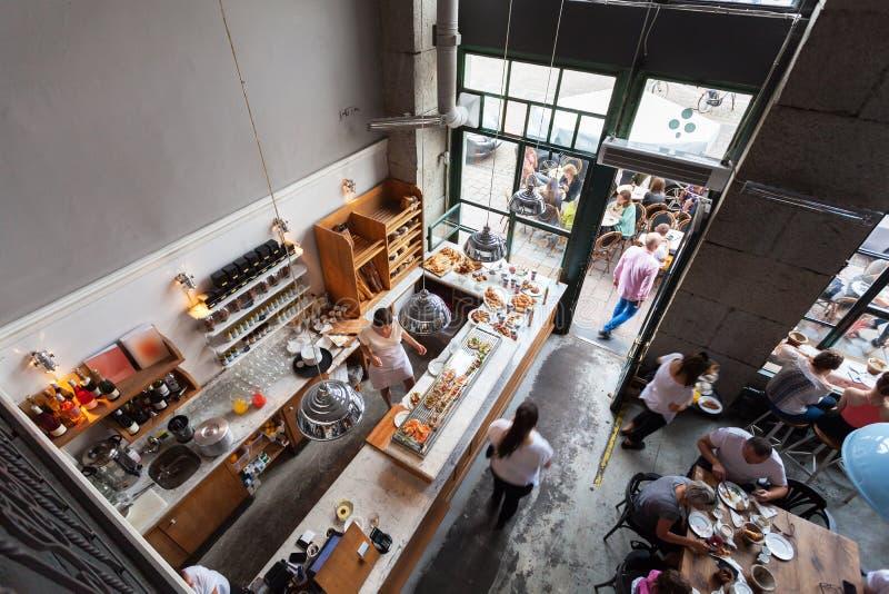 Interior de un pequeño café con los desayunos en desván-estilo fotos de archivo