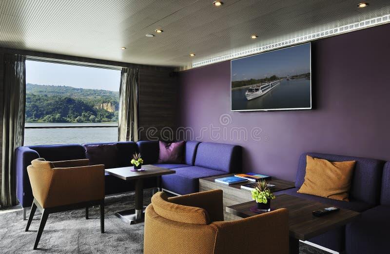 Interior de un salón de la barra en un barco de cruceros foto de archivo