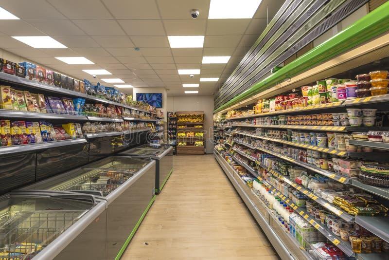 Interior de un supermercado del ultramarinos en Moscú fotografía de archivo