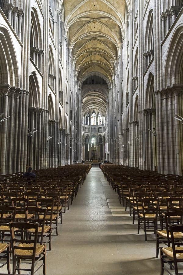 Interior de un templo católico fotos de archivo