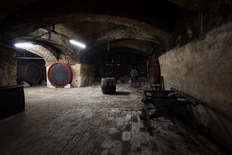 Interior de una bodega vieja, barriles foto de archivo libre de regalías
