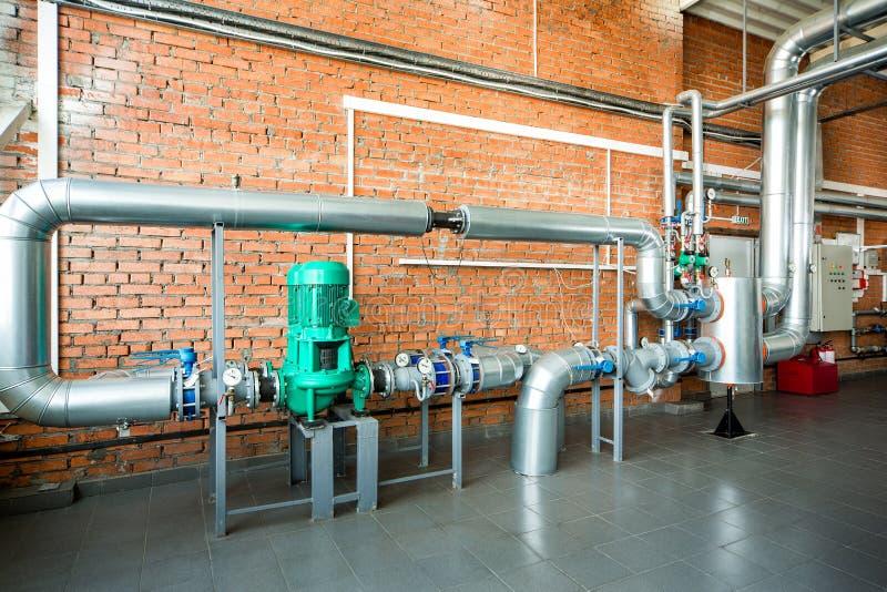 Interior de una caldera industrial con los tubos y las bombas imágenes de archivo libres de regalías