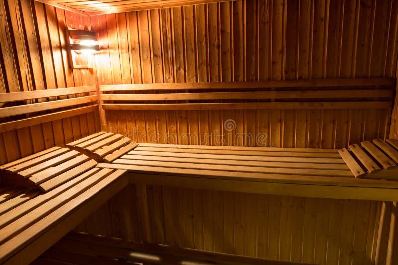 Interior de una cama de madera en una sauna casera foto de archivo libre de regalías